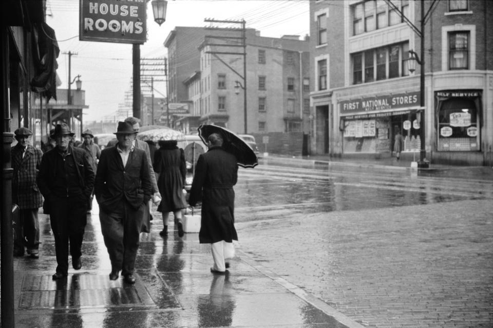 Cena de rua em um dia chuvoso em Norwich