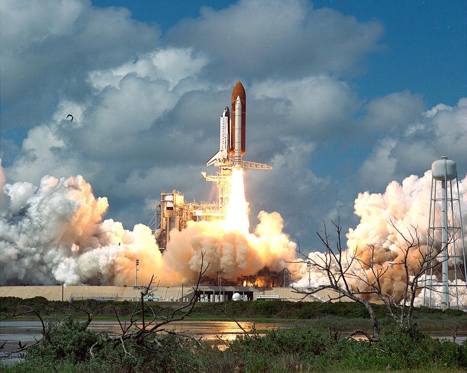 STS-26発見、オービター車、曇り空に上がる