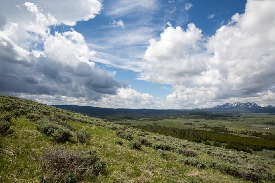 Bunsen peak hiking trail with beautiful landscape views