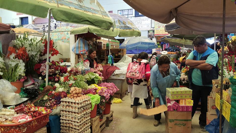 卖和买水果的人们在steets的一个市场上