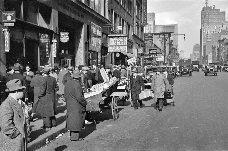 Street scene at 38th Street and 7th Avenue