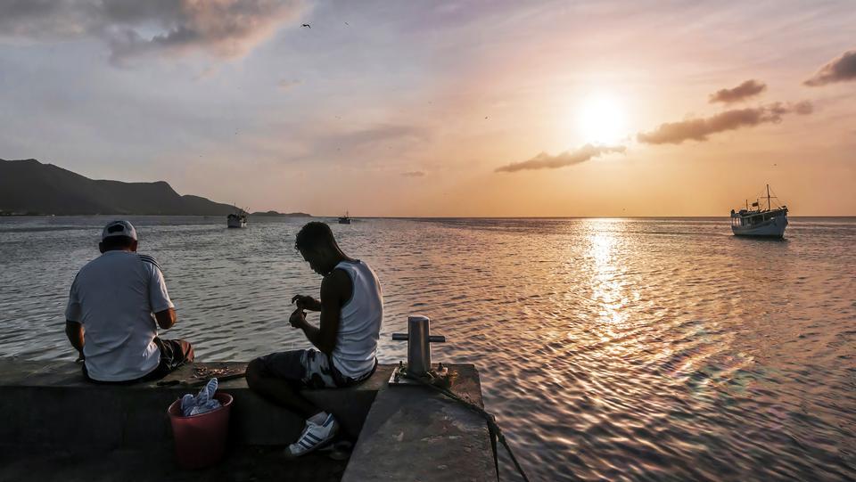 渔民和他的儿子在码头胡安格里戈