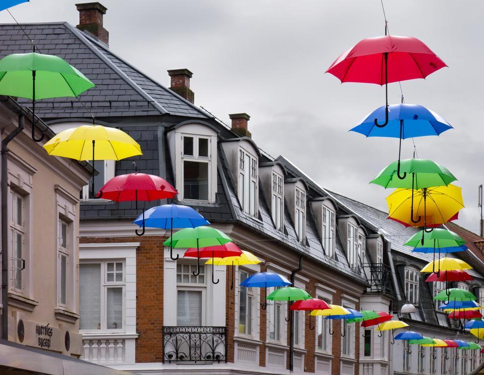 ぶら下がっている様々な色の傘
