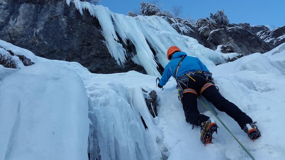 一名年轻的登山者攀登攀冰