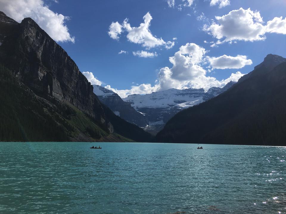 Canots flottant paisiblement sur les eaux du lac Louise
