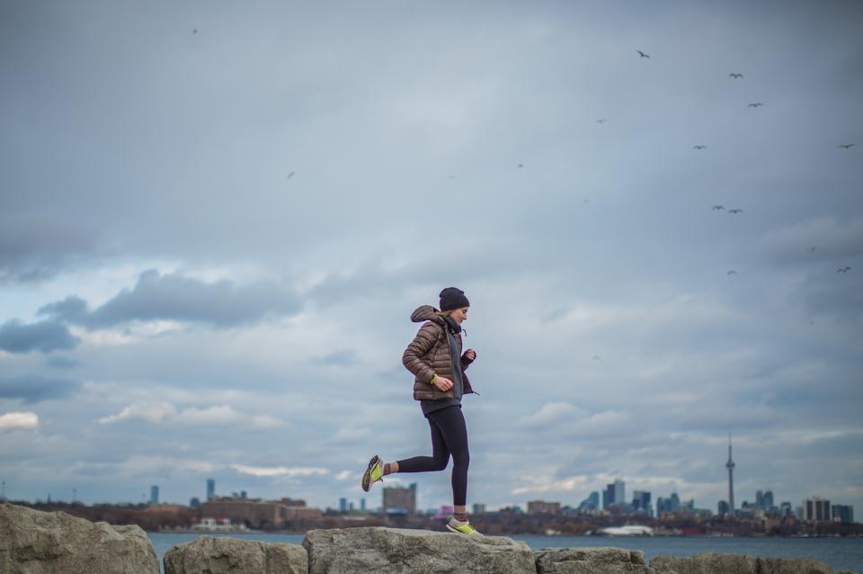 在后台与城市景观一起跑步