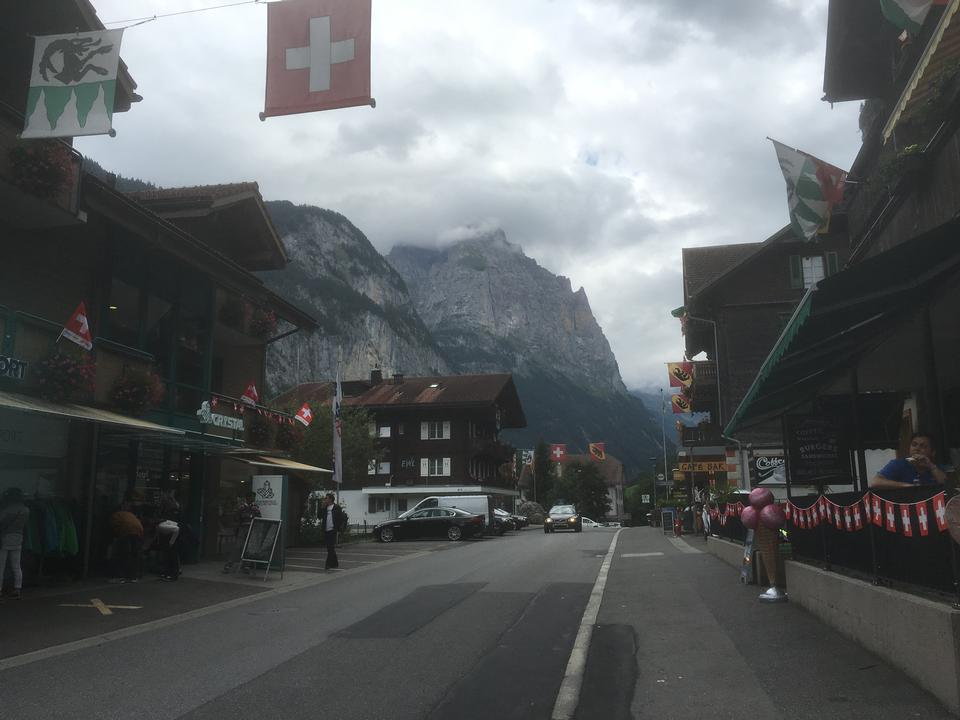 Staubbach瀑佈在背景中,伯爾尼高地,瑞士