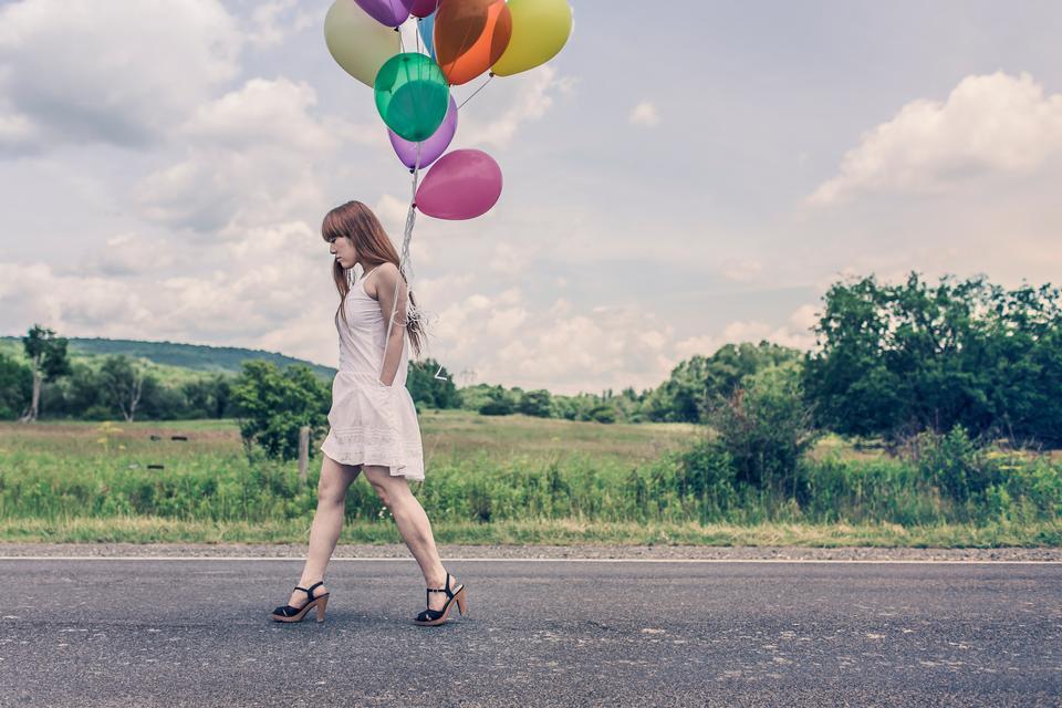 Fille adolescente tenant des ballons