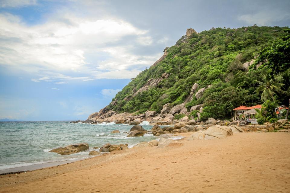 一个房子的美丽的景色在泰国的海滩上