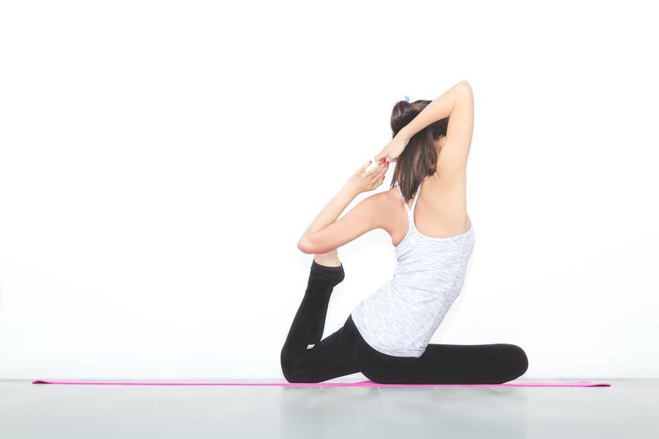 做瑜伽練習的運動的少婦