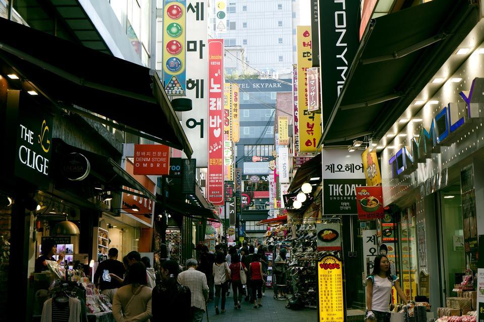 Turista en la calle comercial Myeong-dong, Seúl, Corea del Sur