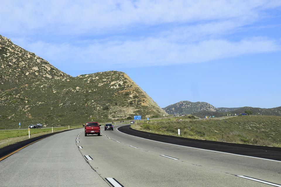 汽车在美国乡村公路上行驶