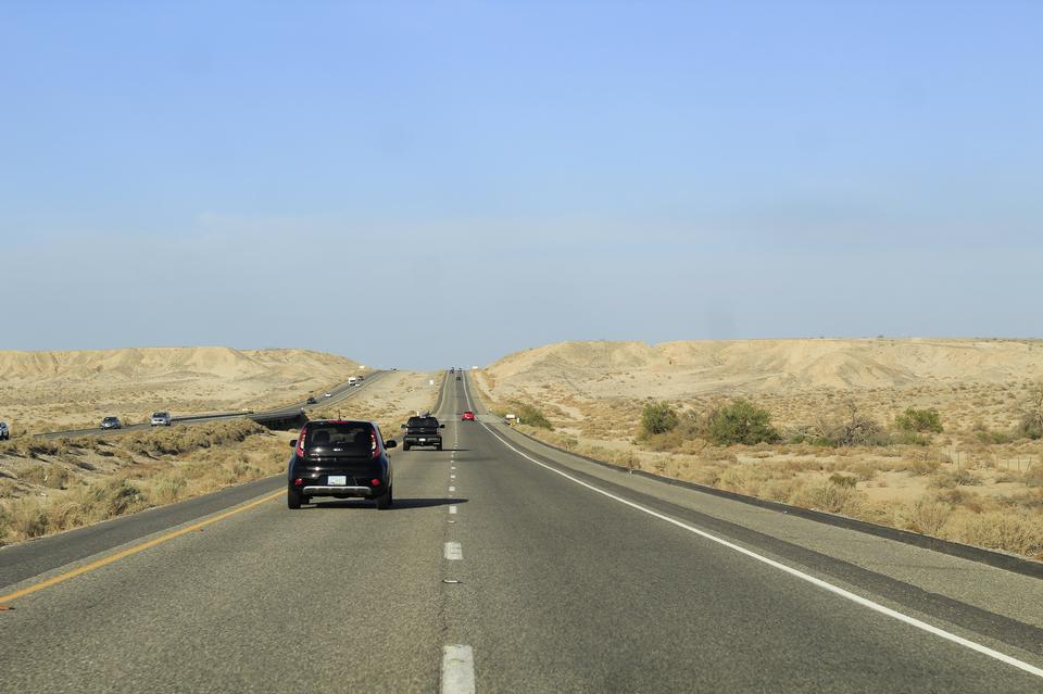 在美國的鄉間小路上行駛的汽車