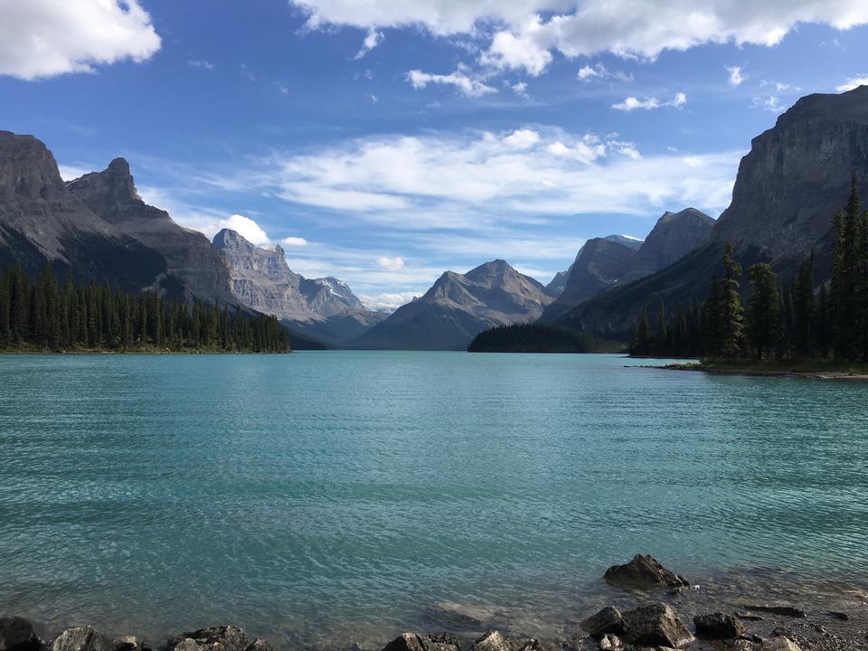 Каноэ на Изумрудном озере в скалистых горах Канады