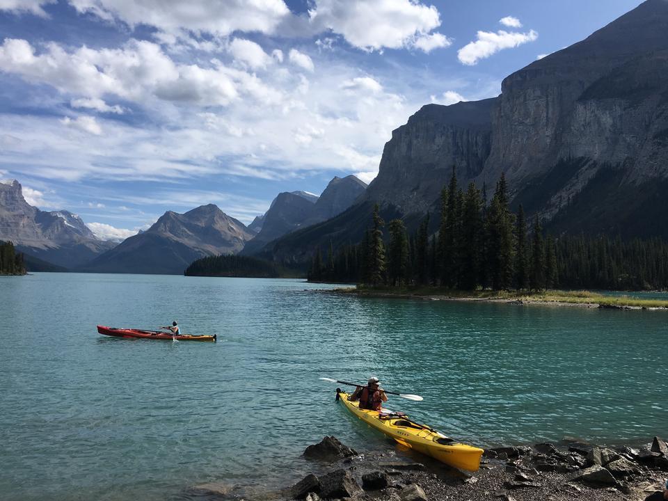 Canotaje en Emerald Lake en las montañas rocosas de Canadá