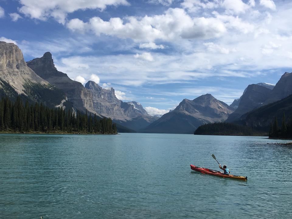 록 키 산맥에서 에메랄드 호수에서 카누