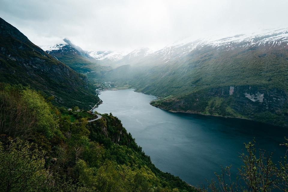 Великолепное лето каньона Суннилвсфьорд фьорд