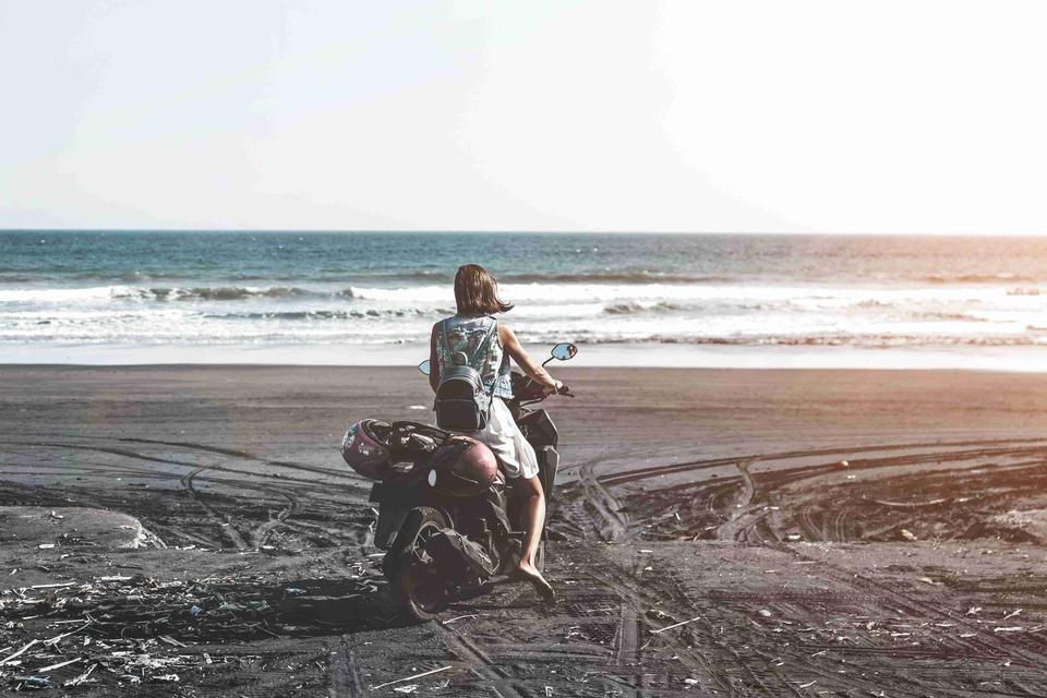 Jeune femme, conduire, scooter, plage