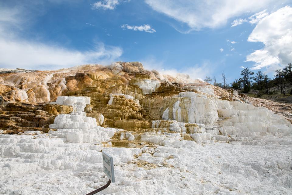 五颜六色的喷泉在黄石国家公园