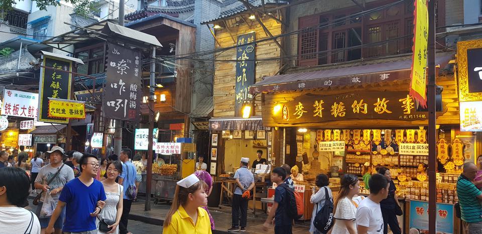 走在一條街道的人們在羨中國城市