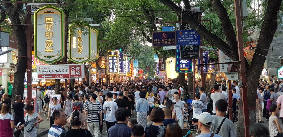 西安市の街の通りを歩いている人々