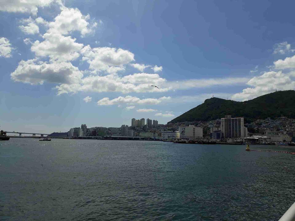釜山市ジャガルチ市場外の青空の海の景色