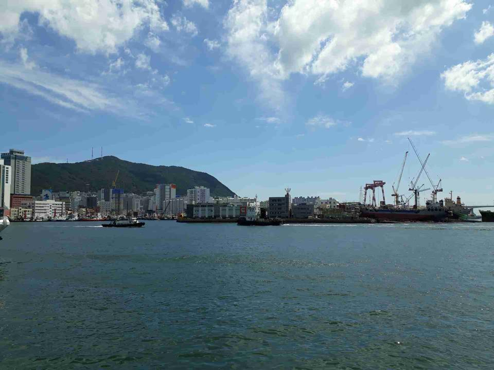 与蓝天的海景在Jagalchi市场,釜山之外