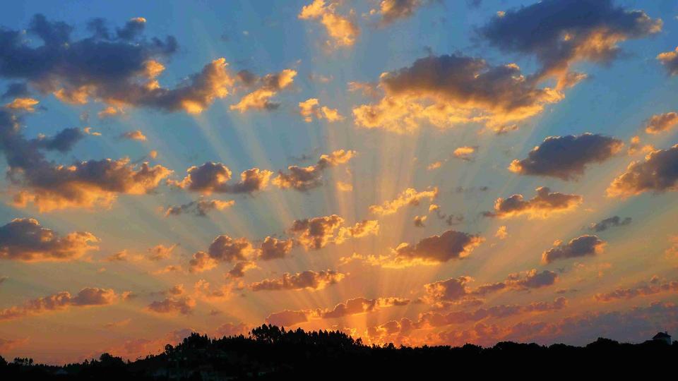 Сумеречные солнечные лучи во время заката над морем