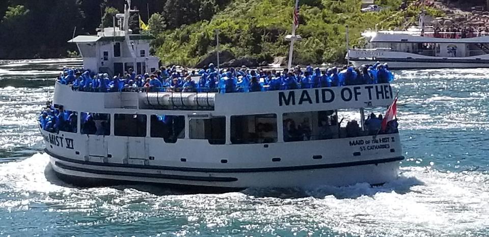 ナイアガラの滝で乗客クルーズ船