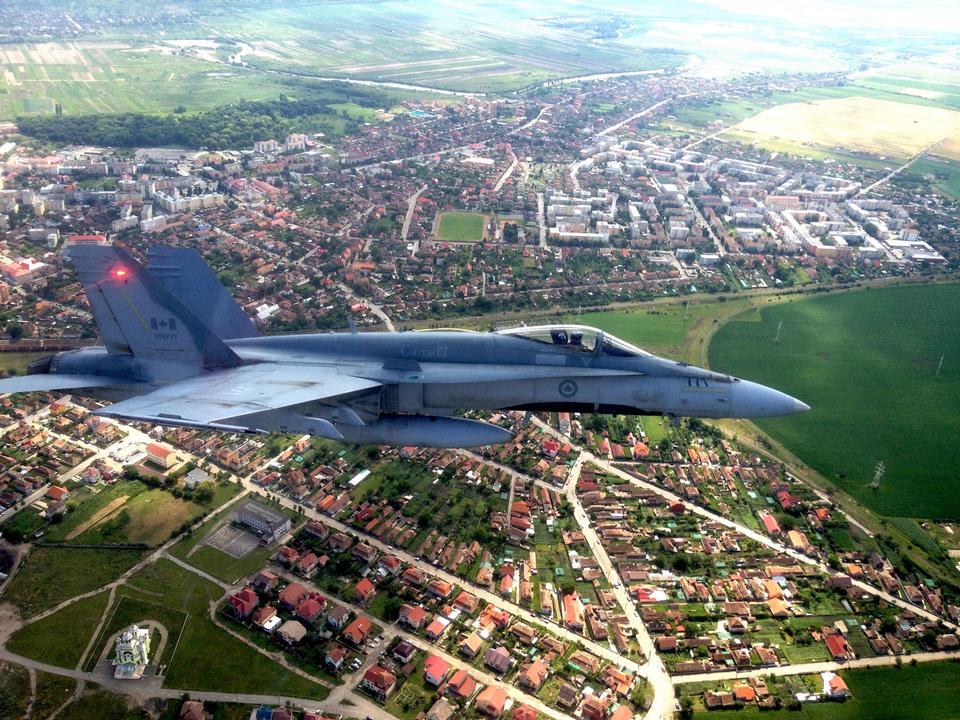 루마니아에 F-18 비행 호 넷이 날아간다.