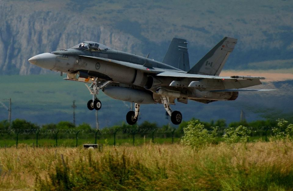 一架F-18大黃蜂起飛進行訓練