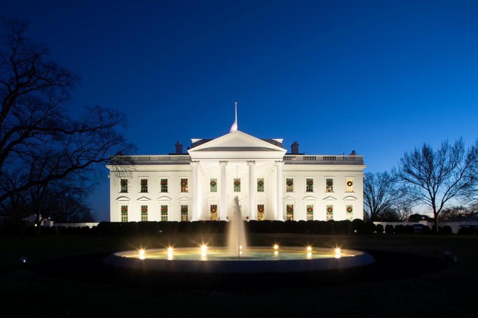 白宫在与圣诞节照明的晚上