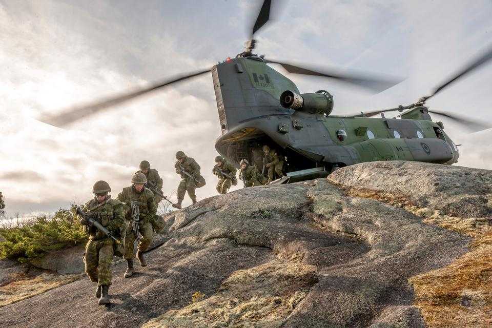 Canadian Army soldiers disembark a CH-147 Chinook