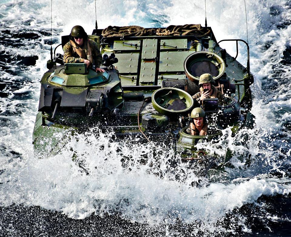 Un veicolo anfibio della US Marine Corps
