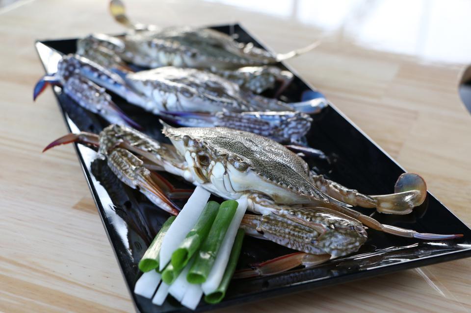 海鮮料理のカニの準備