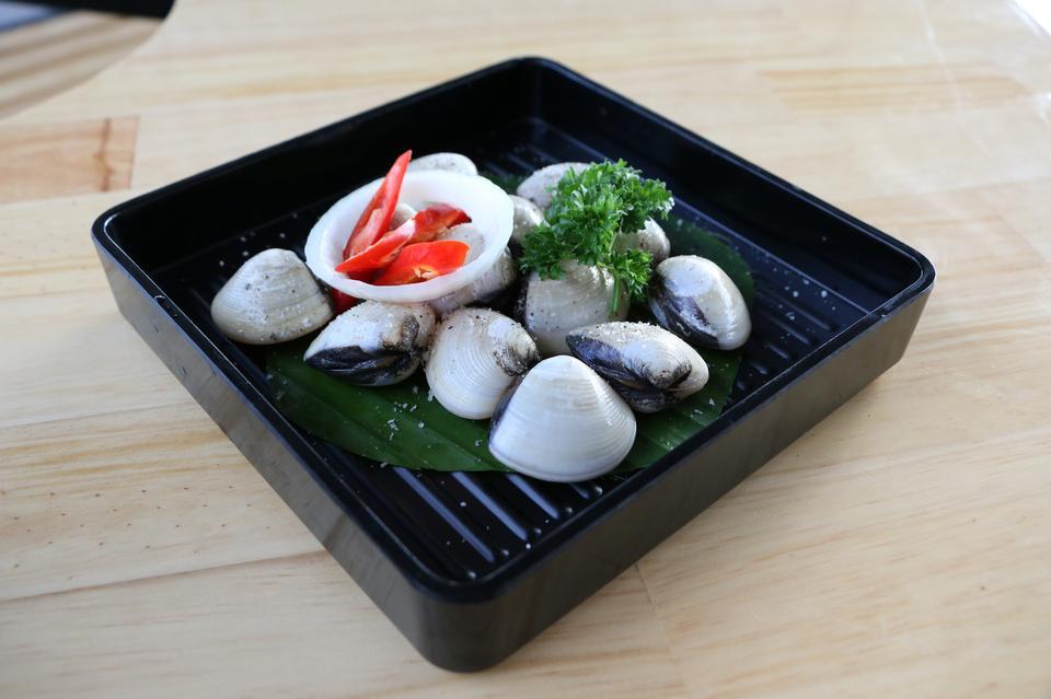 raw fresh vongole clams