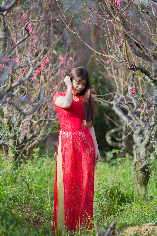아름 다운 젊은 중국 소녀 봄 정원에서 웃 고