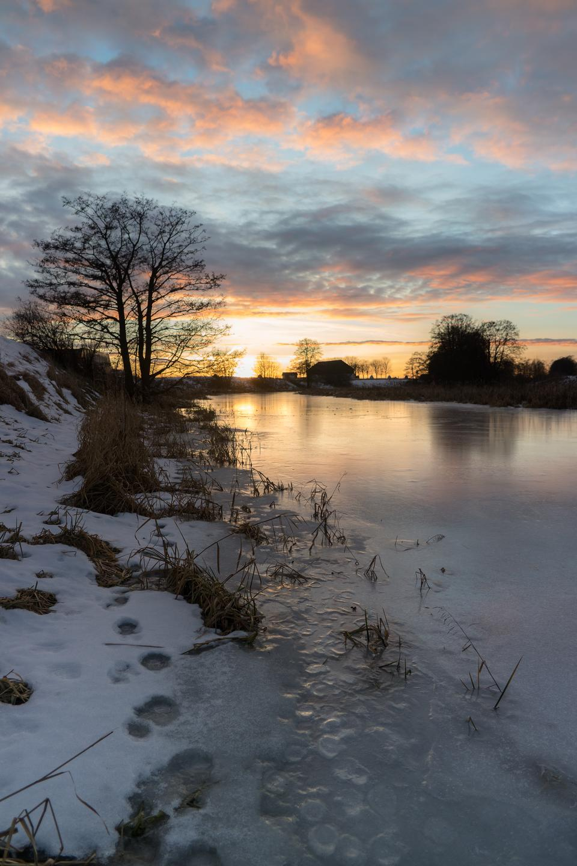 河的冬天森林日落的
