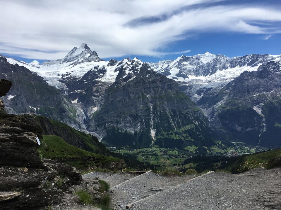 Percorso di trekking lungo il mer de glace a Chamonix Mont Blanc
