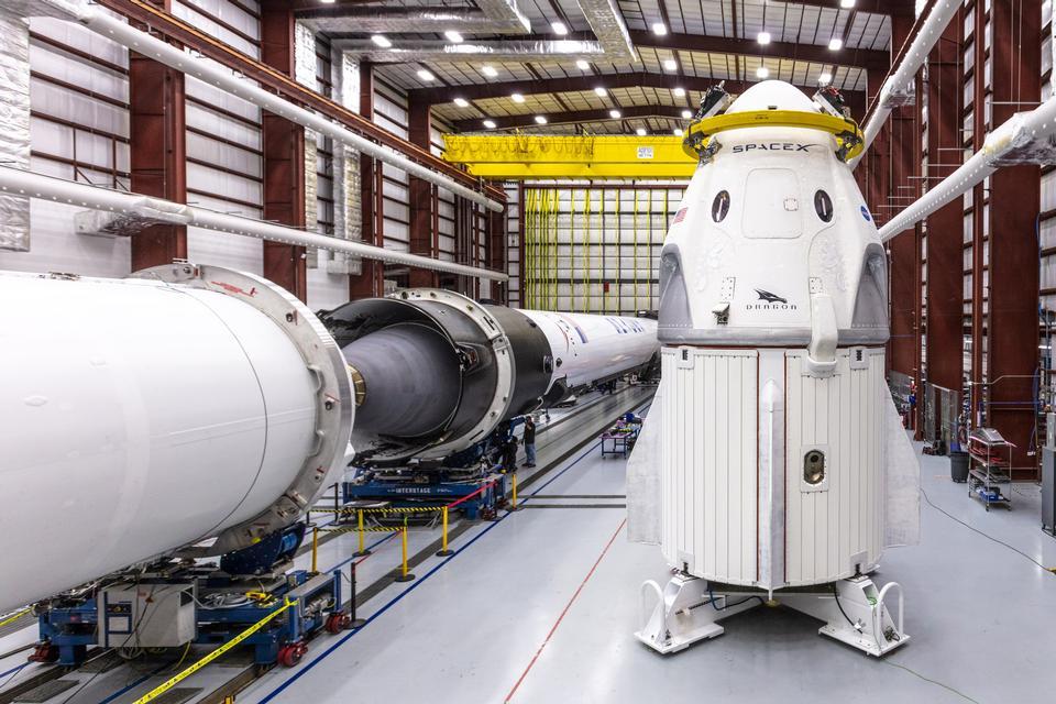 SpaceXs Crew Dragon-Raumschiff und Falcon 9-Rakete