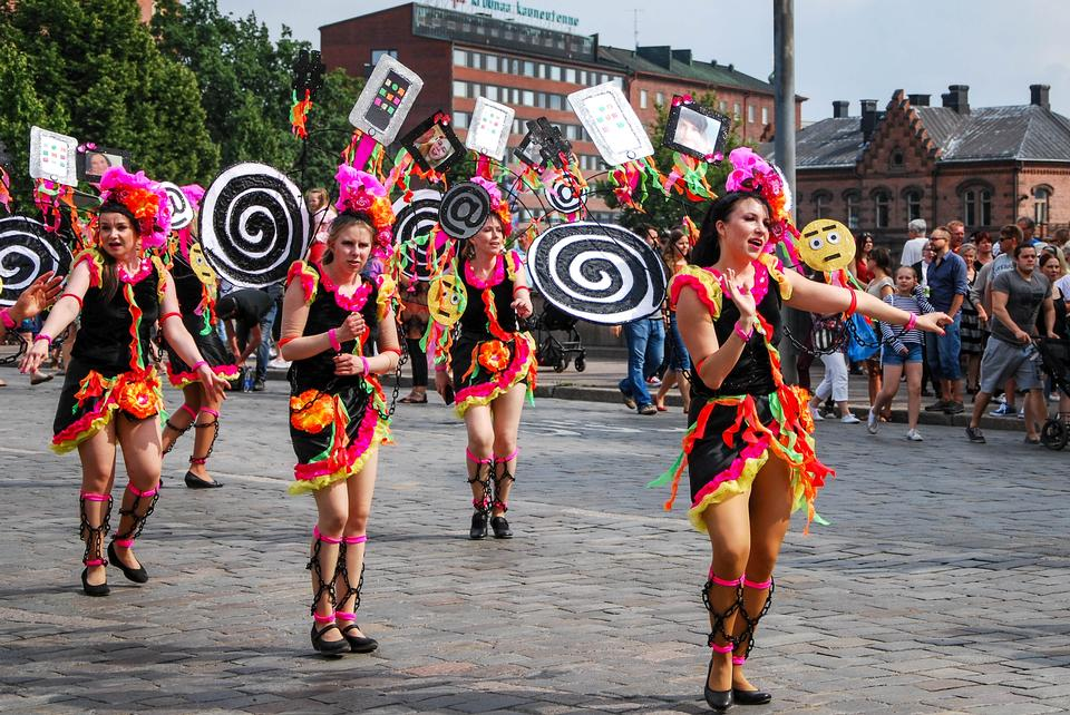 Donna sconosciuta che balla samba sulla strada
