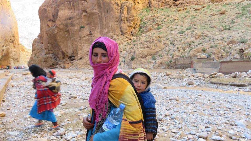 モロッコ、サハラ砂漠の遊牧民の女性