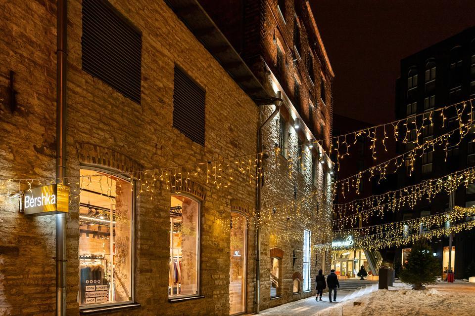 오래 된 유럽 마을에서 크리스마스 밤에 거리