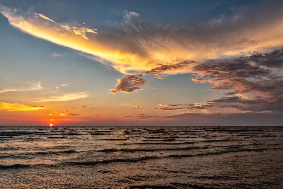 Atardecer sobre el mar y bello paisaje de nubes.