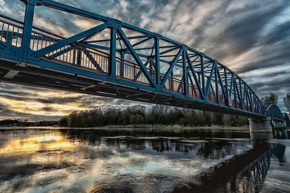 Une silhouette de construction de pont ancien au coucher du soleil