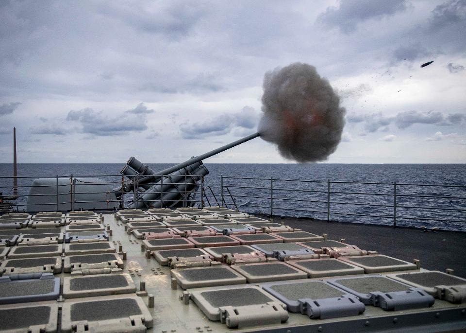 exercice de tir réel de croiseur lance-missiles