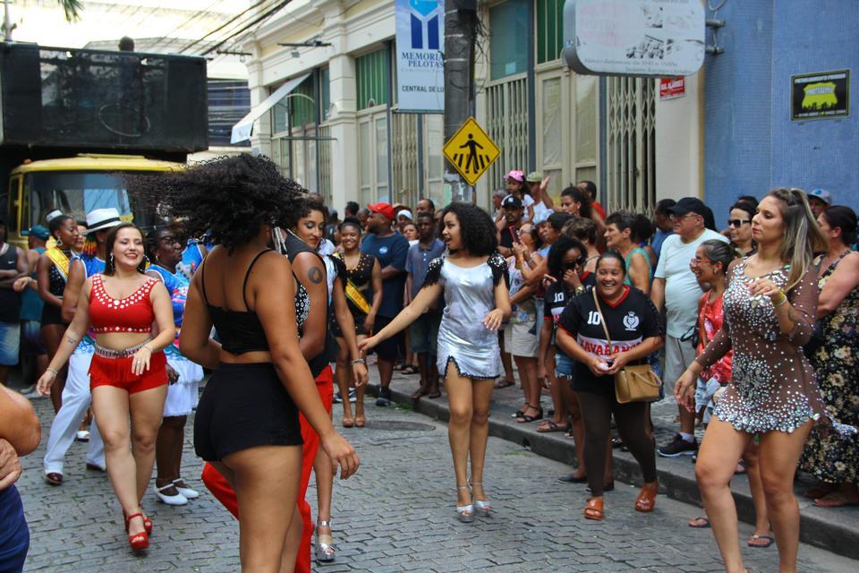 一群穿着漂亮服装的女孩在节日里跳舞