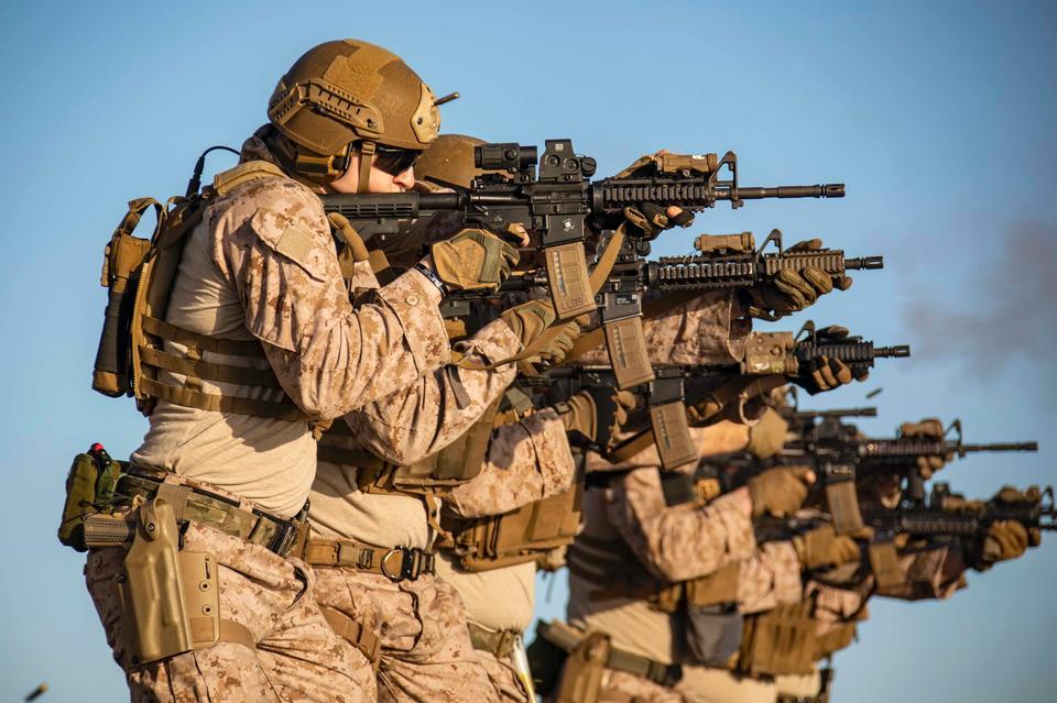 美國海軍陸戰隊在駕駛艙上運動