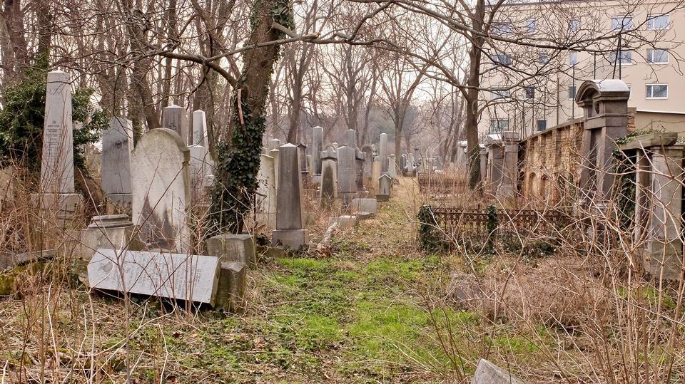 墓碑和坟墓在一个古老教会坟园