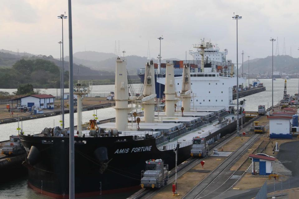 在Miraflores锁的船横渡巴拿马运河